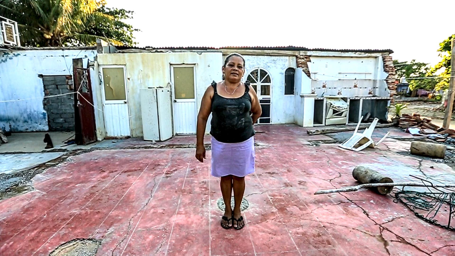 Vilma López Rivera, de 52, muestra la ruina de lo que fuera su casa