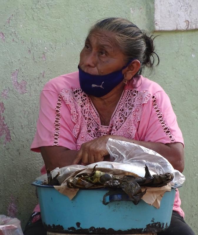 mujer indígena se protege de covid-19 con cubrebocas